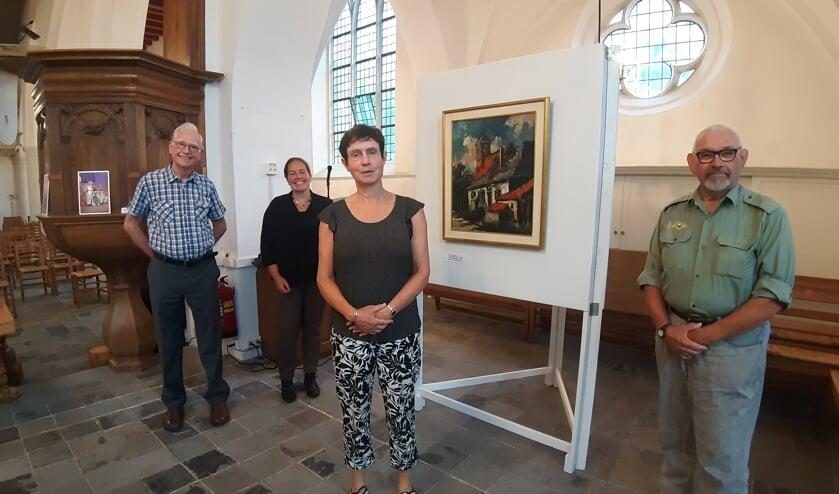 <p>Henk Mulder, Sandra Boogert, dominee Liesbeth Burger en Leo Stein maken deel uit van het jubileumcomit&eacute;. Op de foto ontbreken Ineke Hissink en Henk-Jan Hulleman. Foto: Rudi Hofman</p>