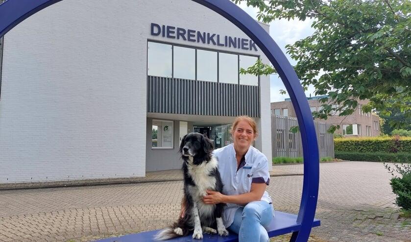 Saskia Rijpert met hond Jeke voor het Diergeneeskundig Centrum Winterswijk. Foto: Han van de Laar