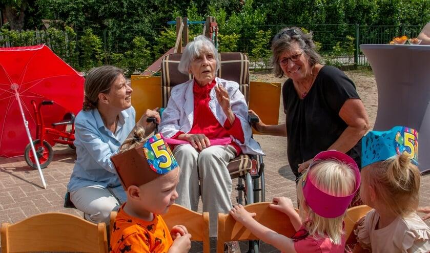 <p>Eregasten bij het 50-jarig jubileum van peuterspeelzaal Hummeloord, juffrouw Arendsen (m.) en Wilma (r.) genieten van de peuters en de dochter van juf Arendsen, Helma Snelooper geniet van dit moment. Foto: Liesbeth Spaansen</p>