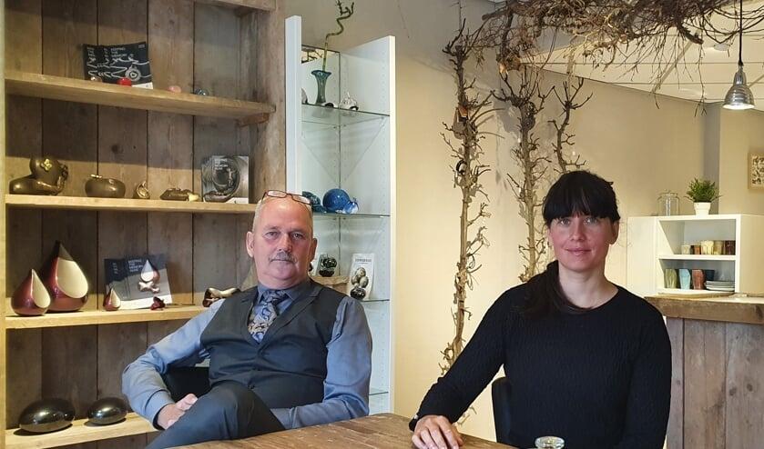 <p>Henk en Zwenneke Landkroon op het nieuwe kantoor aan de Borculoseweg in Neede. Foto: Rob Weeber</p>