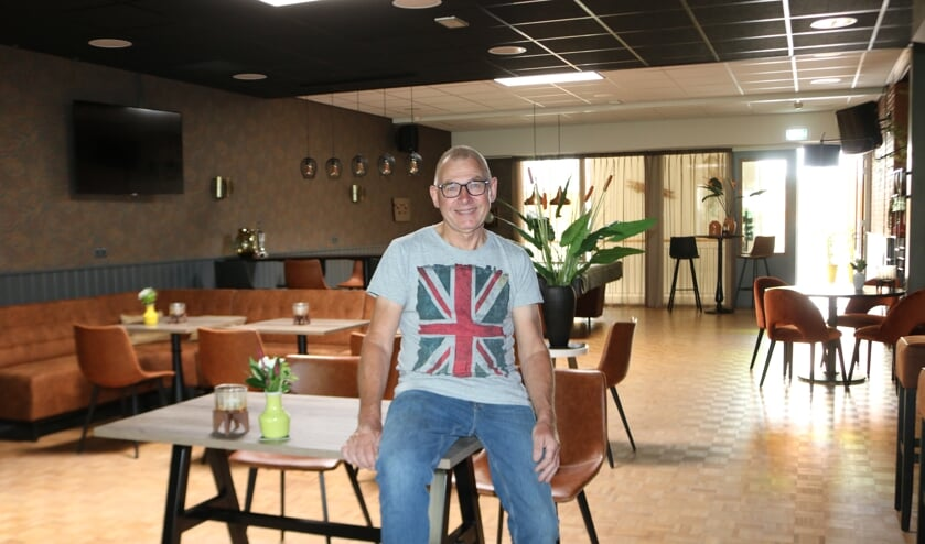 <p>Voorzitter Hoeflo, Wim Wichers, is trots op de vernieuwde bar. Foto: Arjen Dieperink</p>