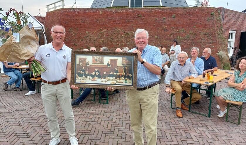 Met bloemen en cadeaus neemt Hans Donderwinkel (rechts) afscheid van 'zijn' Molen Bataaf. Henk te Kulve (links) volgt hem op. Foto: Han van de Laar