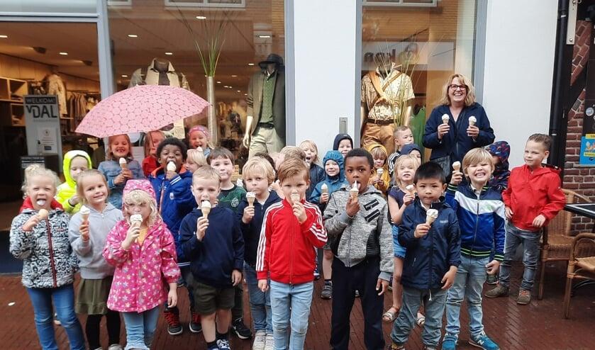 Alle kinderen kregen een ijsje van juf Heleen. Foto: PR