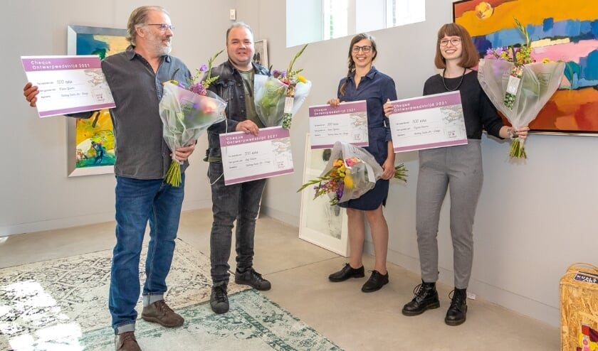 <p>De winnaars van de ontwerpwedstrijd. v.l.n.r. Martin Grevers, Rolf Wolters, Evelien Nijenhuis en Myrthe Rosema. Foto: Bas Weetink</p>