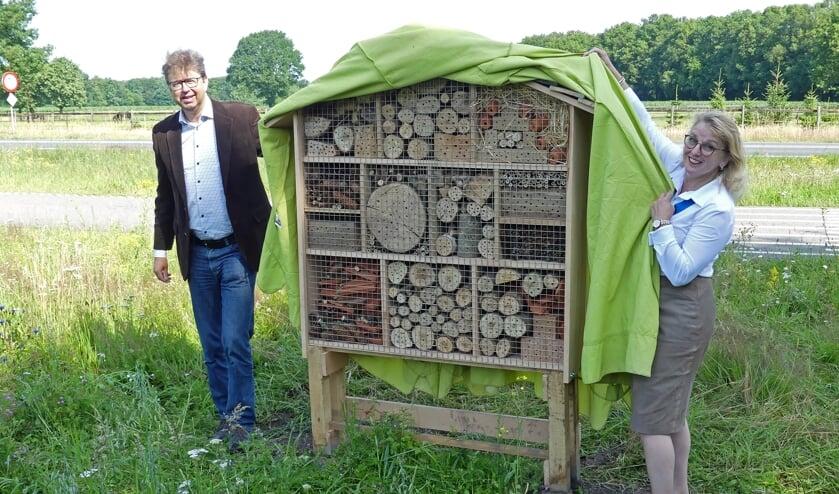 Wethouder Henk van Zeijts en Anneke Scholten onthullen het bijenhotel. Foto: Winant Halfwerk
