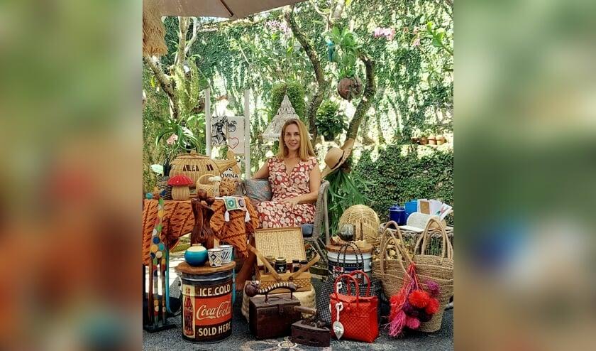 Nicoline stelt pakketten samen van mooie producten en helpt hiermee de bevolking op Bali aan een inkomen. Foto: Eigen foto