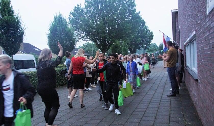 Bij het afscheid een high five met de juffen. Foto: Frank Vinkenvleugel