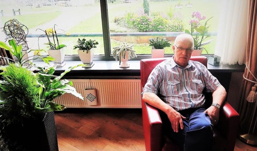 Vrijwilliger Ton Boer, zittende in zijn appartement in het complex Patronaatshof. Foto: Theo Huijskes