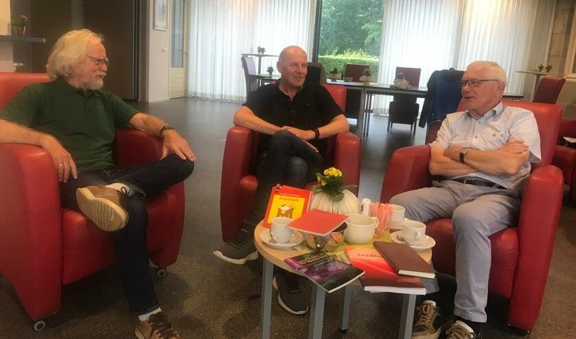 <p>Jan Leijenhorst, Hans Hinkamp en Henk klein Gebbink (vlnr) vertalen Bijbelteksten in het Achterhoeks. Foto: Barbara Pavinati</p>