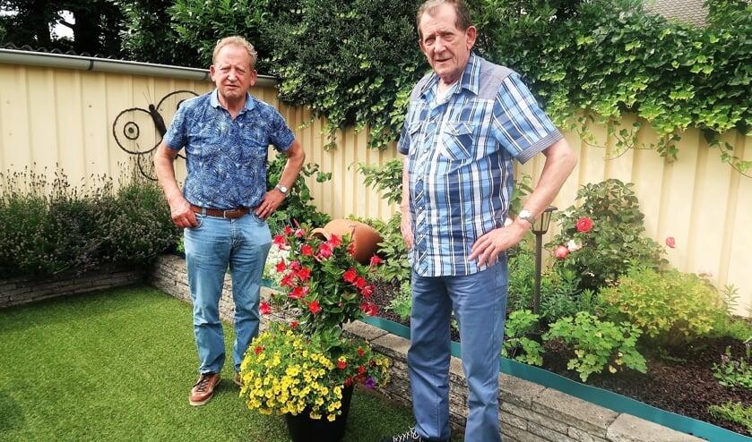 <p>Geboren en getogen Grollenaren Gerrit (rechts) en Herman Oosterholt. Foto: Theo Huijskes</p>