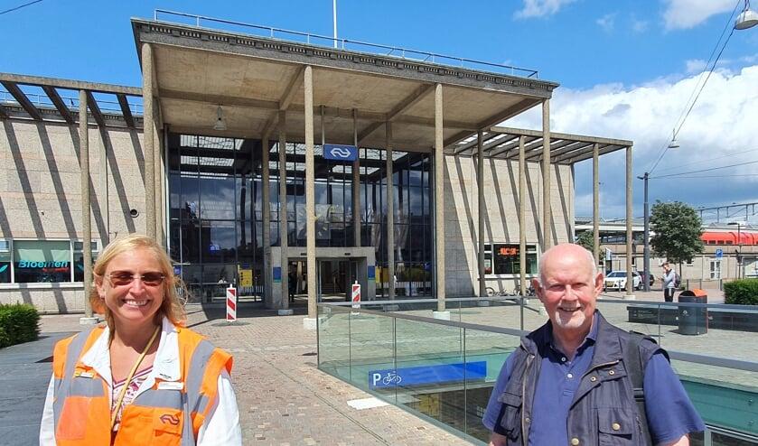 <p>Bestuurslid Jan Westerik ontmoet assistent stationsmanager Susan de Heus van het station, dat met 11.000 bezoekers per dag &rsquo;t drukst bezochte monument van Zutphen is. Foto: PR</p>