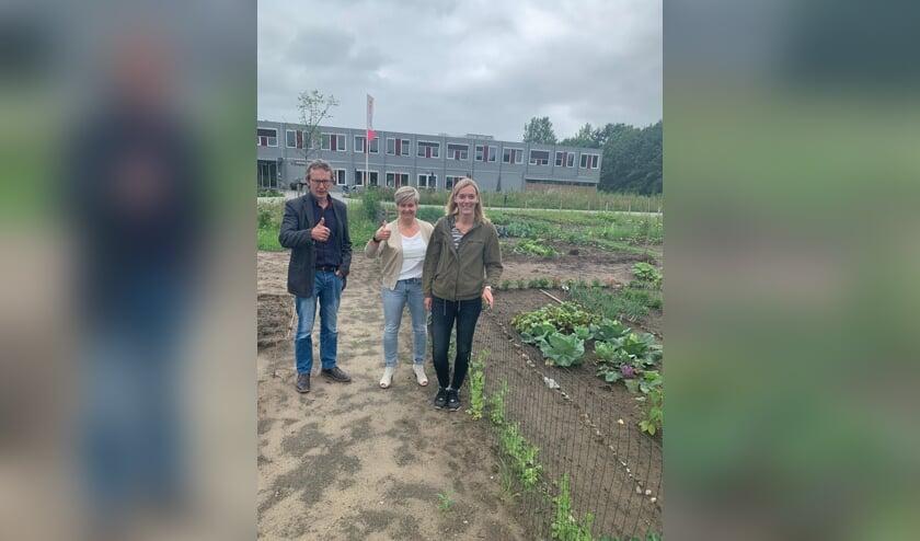 <p>Vlnr: Andr&eacute; te Brake (gemeente Oost Gelre), Mireille Wopereis (Careaz) en Mirjam Greuter (buurtbewoonster) Foto: PR Careaz</p>