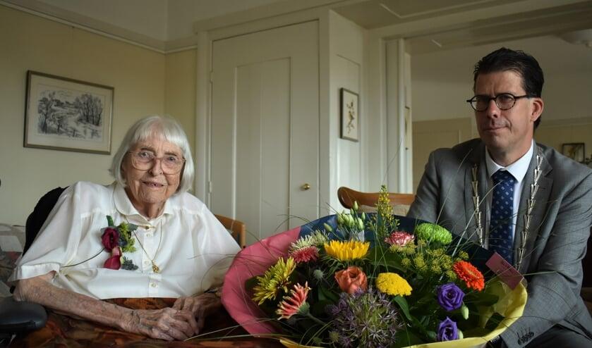 <p>Burgemeester Joost van Oostrum feliciteerde namens de gemeente Berkelland Ida Houting. Foto: Wilma Fleissner</p>