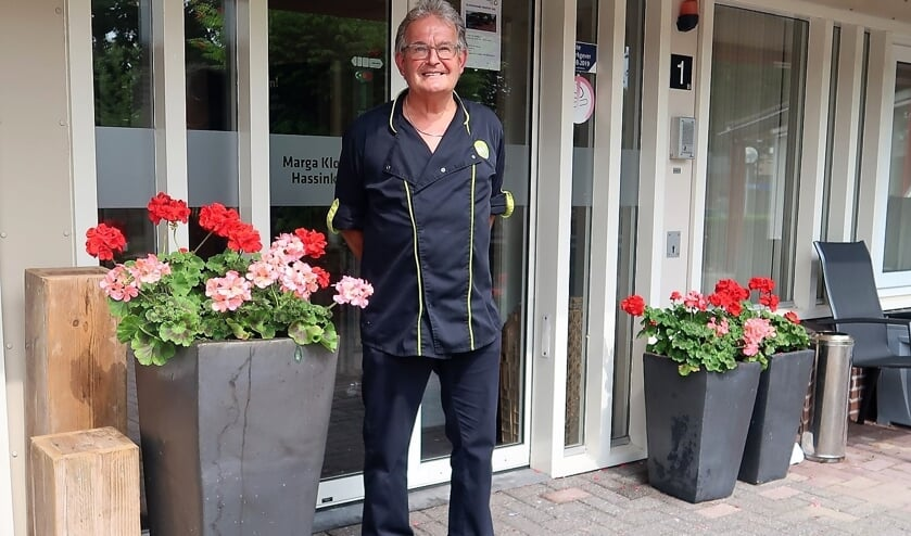 Chef-kok Joop Abbink bij de ingang van het verzorgingscentrum De Hassinkhof in Beltrum. Foto: Theo Huijskes