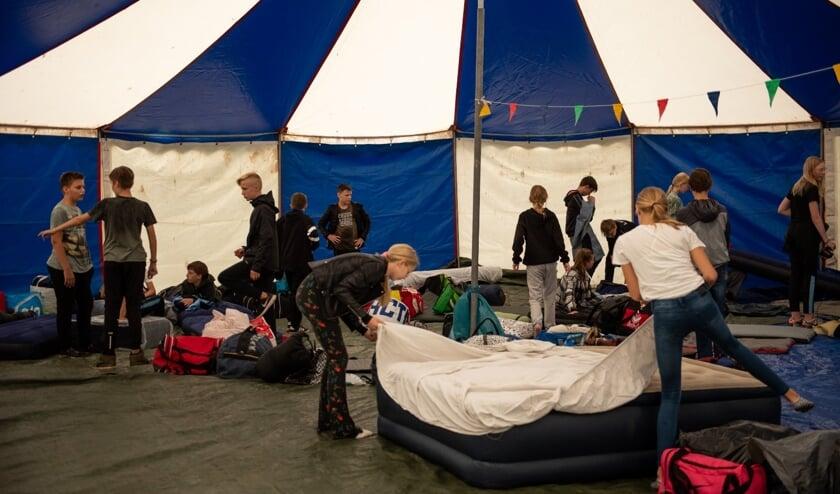 <p>Veel geslapen werd er niet tijdens het slaapfeestje van groep 8 van De Hoge Voorde. Foto: Van Aniek Fotografie & Styling</p>