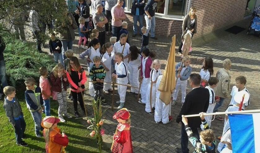<p>Tijdens de kermis brengt de Kleine Schutterij onder andere een bezoek aan de bewoners van De Bongerd. Foto: Kermiscommisie Steenderen.</p>