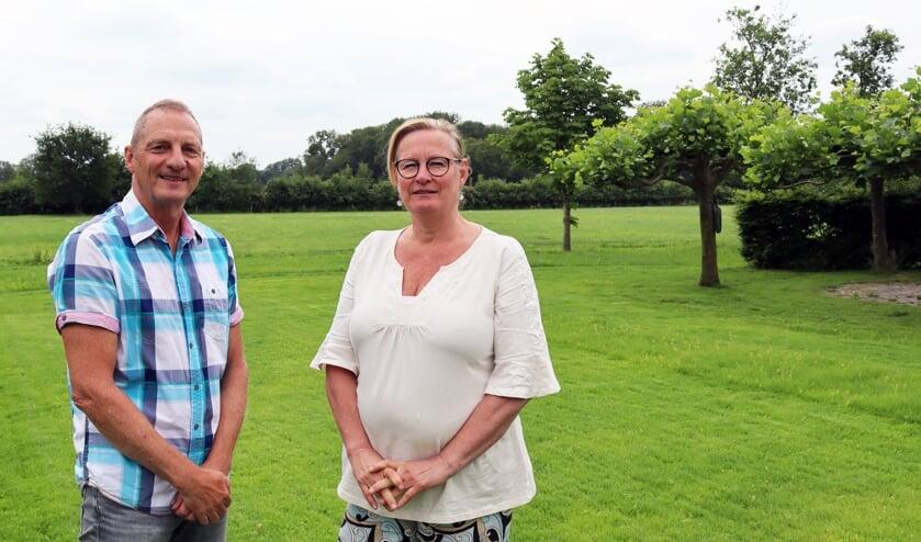 Ed Feijen en Sonja Hottenhuis willen dat er een streep gaat door de plannen voor windturbines. Foto: Gerwin Nijkamp