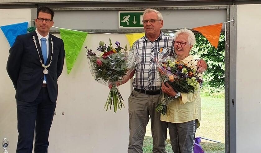 <p>Tonny Starte (74) en zijn vrouw Annie, nadat hij zijn Koninklijke onderscheiding kreeg uitgereikt door de burgemeester. Foto: Rob Weeber</p>