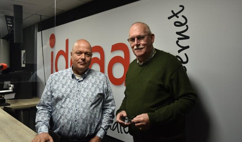 <p>Peter Berendsen van Regio8 en Lammert Blikman van Radio Ideaal na de ondertekening bij de omroep in Zelhem. Foto: Jeffrey van Londen</p>