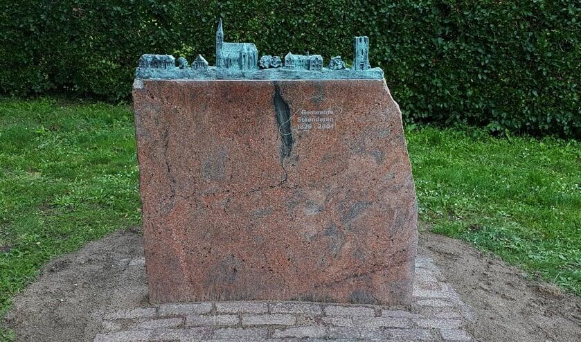 <p>De granieten sokkel met daarop de nieuw gegoten markante gebouwen van Baak staat (wederom) te pronken, maar nu in het hart van het dorp naast de St. Martinuskerk. Foto: Alice Rouwhorst</p>