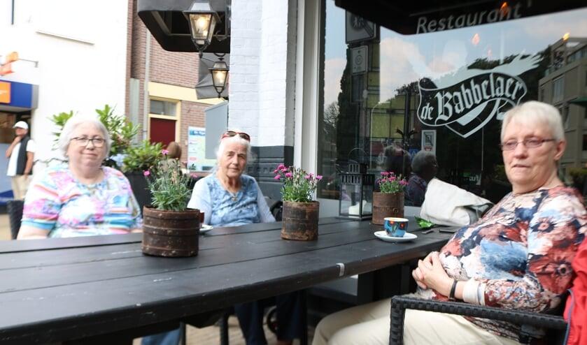 <p>Voor het eerst ontmoeten enkele deelnemers aan Koffietijd elkaar in het echt. Foto: Arjen Dieperink</p>