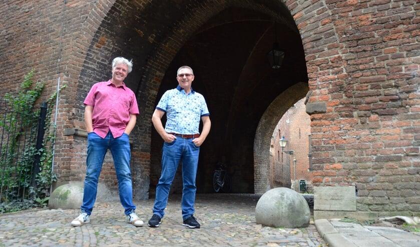 <p>Dichter Hanz Mirck en schilder Johan Heimgartner bij de Drogenapspoort. Foto: Alize Hillebrink</p>