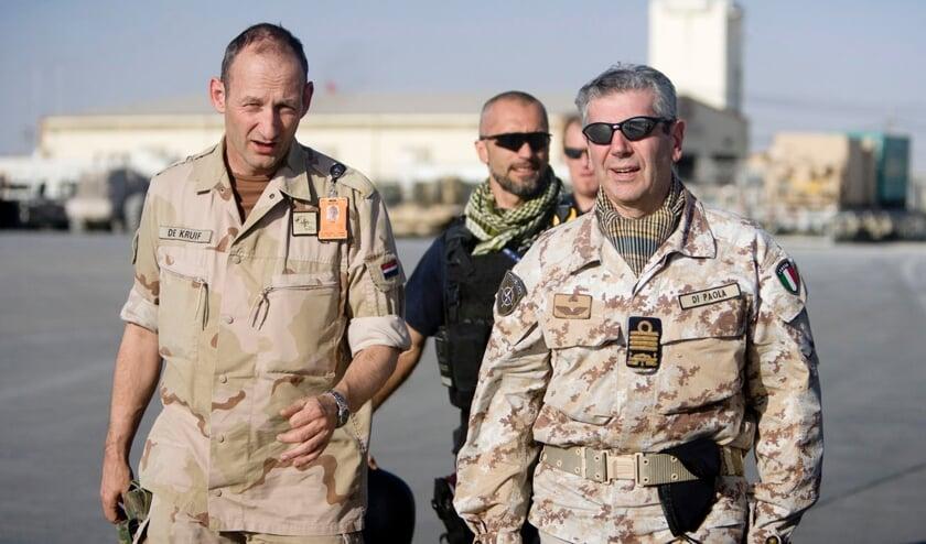 <p>Het NAVO militair comité bezoekt het Kandahar vliegveld in Afghanistan, 14 oktober 2009; links generaal Mart de Kruif. Foto: Liepke Plancke</p>