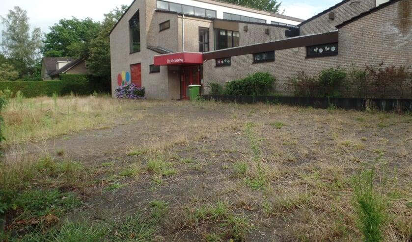 <p>Met al het onkruid biedt het oude gebouw van basisschool De Vordering een uitermate trieste aanblik. Foto: Jan Hendriksen </p>
