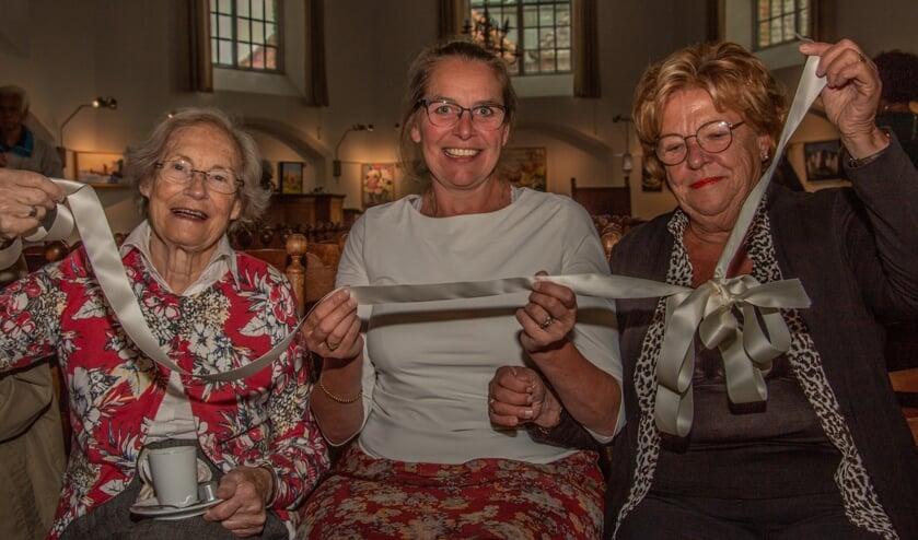 <p>Diny Boogman, Susanne Grooters en Ali Klompenhouwer zijn tevreden over de opening van de expositie. Foto: Liesbeth Spaansen</p>