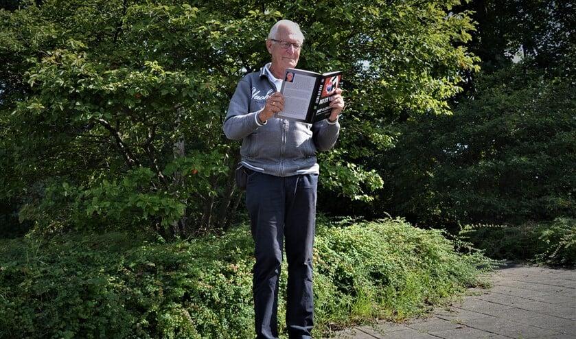 Gerrit Kleissen met zijn boek 'Kop d'r Veur'. Foto: Karin Stronks