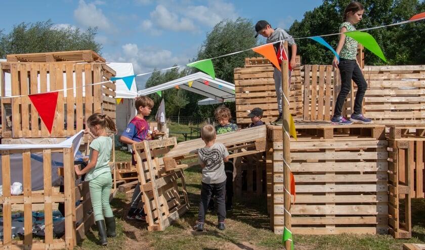 <p>Kinderen werkten goed met elkaar samen om de hut zo mooi mogelijk te maken. Foto: Achterhoekfoto.nl/Liesbeth Spaansen</p>