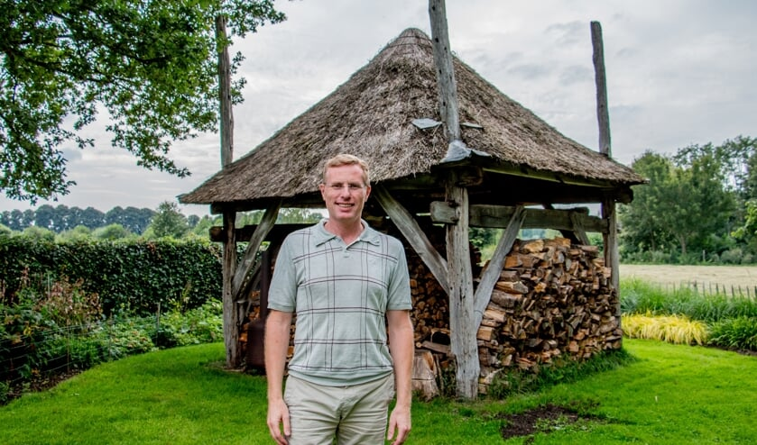 <p>Wethouder Willem Buunk heeft zelf een misschien wel 150 jaar oude hooimijt staan, die nu gebruikt wordt voor houtopslag. Foto: Liesbeth Spaansen</p>