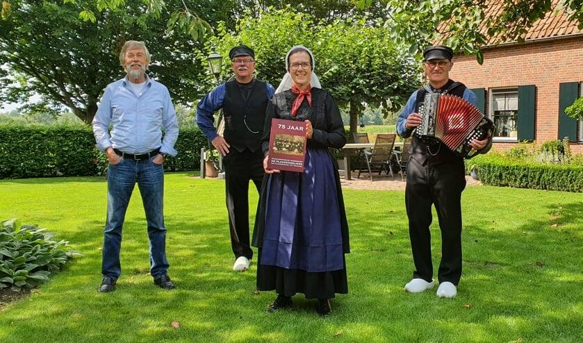 <p>Auteurscollectief van het Jubileumboek van De Plaggenmeijers, (vlnr) Peter Rutgers, Wim Karel, Rikie Scholte van Mast-Koier en Wim Woeltjes. Foto: Rob Weeber</p>
