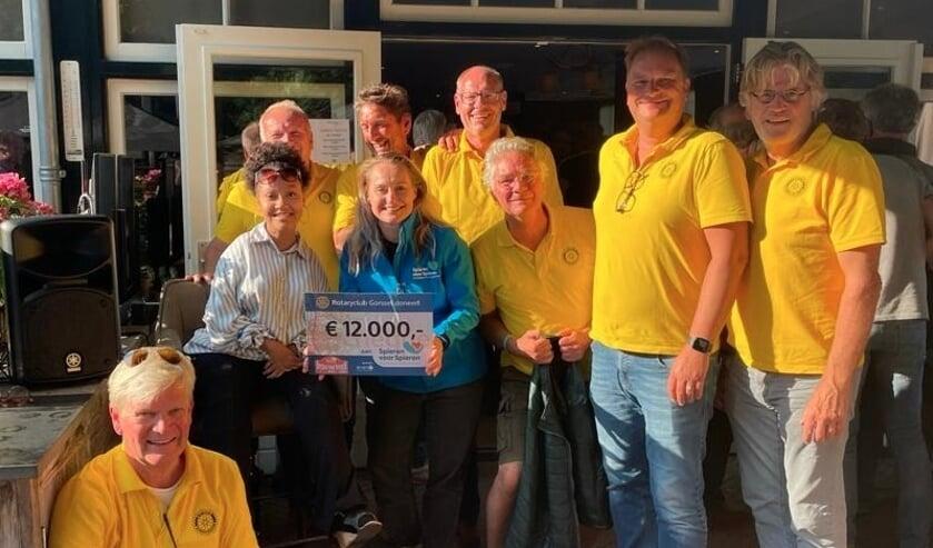 <p>12.000 euro voor Spieren voor Spieren. Rotary Gorssel organisatie met Minke Booij en Jenell Emanuelson. Foto: PR</p>