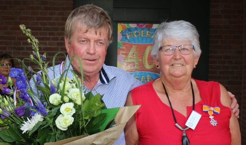 <p>De gedecodeerde Diny Beumer-Oudenampsen samen met haar man Benny Beumer. &nbsp;Foto: Arjen Dieperink</p>