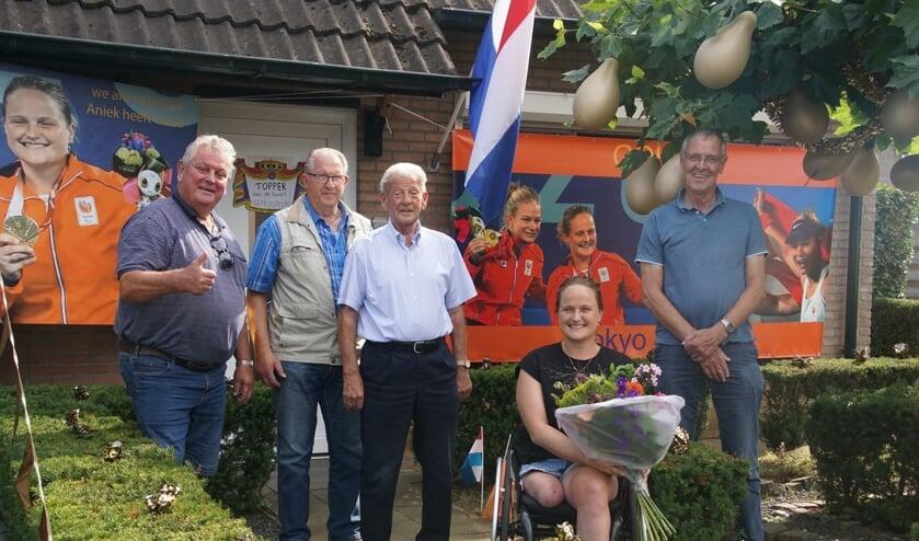 Aniek van Koot blij met bloemen van 'hangouderen'. Foto: Frank Vinkenvleugel