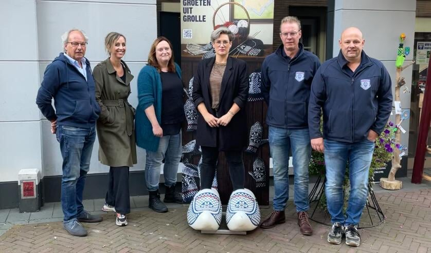 <p>Vlnr Peter Pothof (VVV), Natasja Scharenborg, Joske Elsinghorst (Werkgroep Promotie Groenlo), Tessa ten Barge (GOV) en Xander Luttikholt en Bjorn Snijders (Grolse Wanten Sociëteit). Foto: PR&nbsp;</p>