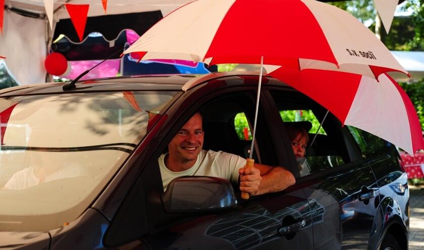 <p>Diverse leden hadden gehoor gegeven om in de rood-witte clubkleuren naar de &#39;Drive-thru&rsquo; te komen. Foto: Paul Harmelink&nbsp;</p>
