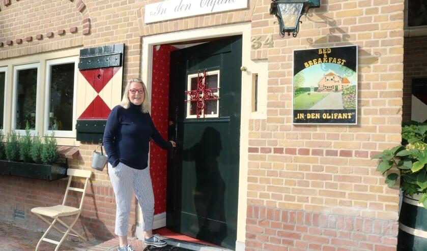 <p>Sara Udcoff bij de deur van &#39;In den Olifant, dat als B&B ophoudt te bestaan. Foto: Arjen Dieperink</p>