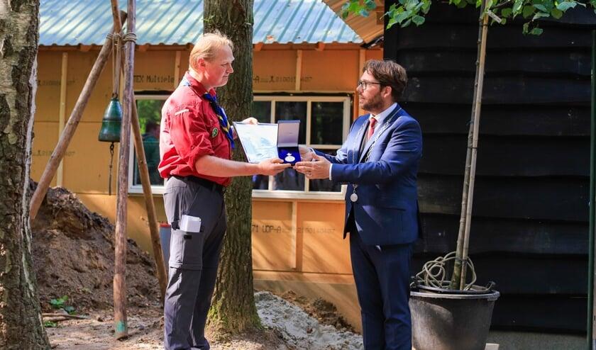 <p>Voorzitter Niels Meijerink ontvangt uit handen van burgemeester Sebastiaan van &rsquo;t Erve een Koninklijke Erepenning. Foto: Bert-Jan Hissink</p>