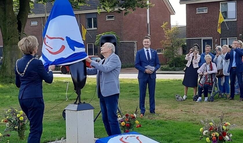 <p>Jan Geerdinck van AVOG onthult samen met burgemeester Bronsvoort het nieuwe monument. Foto: Kyra Broshuis</p>