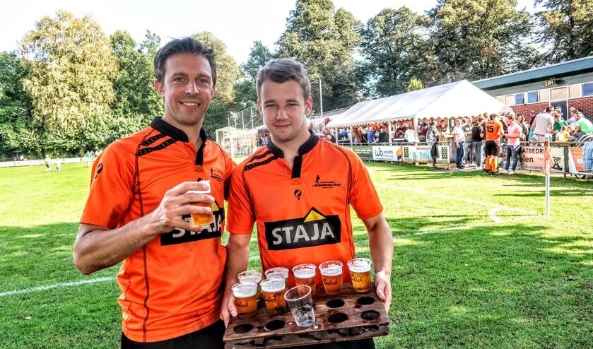Een welverdiend biertje voor Raymond Sessink (links). Hij nam zondag na meer dan 500 wedstrijden afscheid als speler van het eerste elftal van Keijenburgse Boys. Naast hem aanvaller Luuk Menting. Foto: Luuk Stam
