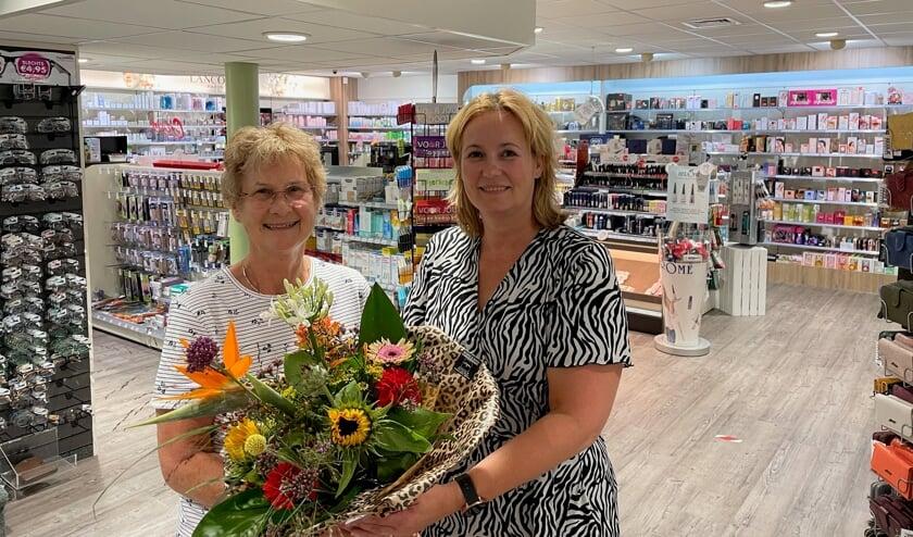 <p>Annemarie Oosterink geeft haar moeder Mini Oosterink bloemen voor 30 jaar werk als bandagist. Foto: PR</p>