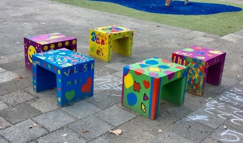 <p>Beschilderde betonnen bankjes op schoolplein De Höve. Foto PR</p>