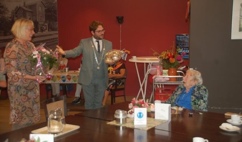 <p>Burgemeesters Loes van der Meijs (Doesburg) en Sebastiaan van &rsquo;t Erve (Lochem) spreken de honderdjarige Gerrie toe. Foto: PR</p>