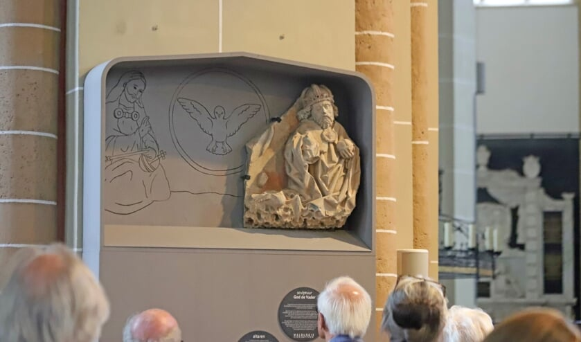 Het beeld van God de Vader is weer terug op z'n oorspronkelijke plek. Foto: Sander Grootendorst
