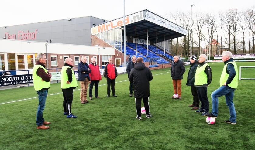 Instructie Walking Football door voormalig Groltrainer Jeroen Burghout. Foto: Theo Huijskes