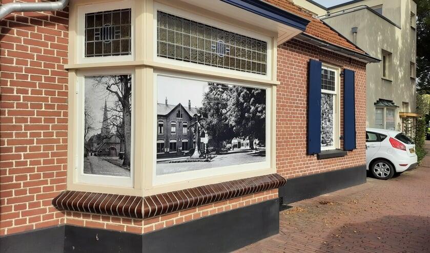 <p>In de etalage van Chateau zijn prachtige oude foto&#39;s van het centrum van Vorden te zien. Foto: Oud Vorden.&nbsp;</p>