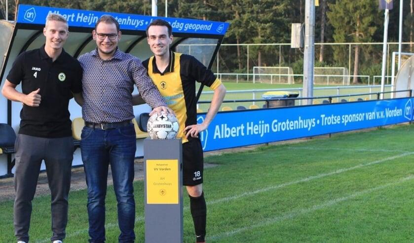 <p>Bas Kortstee, nieuwe sponsor Bj&ouml;rn Grotenhuys en Koen Oosterhuis. Foto: Johan Bolink &nbsp;</p>