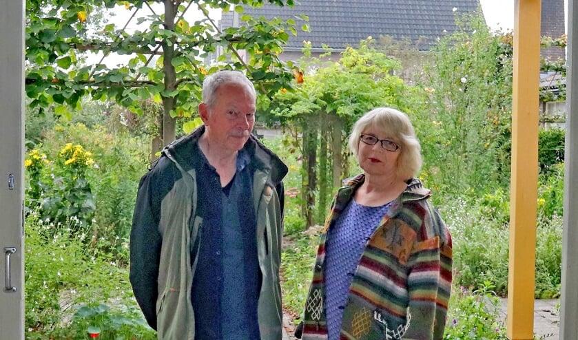 <p>Irene Burger en Johan Mollenhof in een lege galerie met uitzicht op de tuin. Foto: Sander Grootendorst</p>